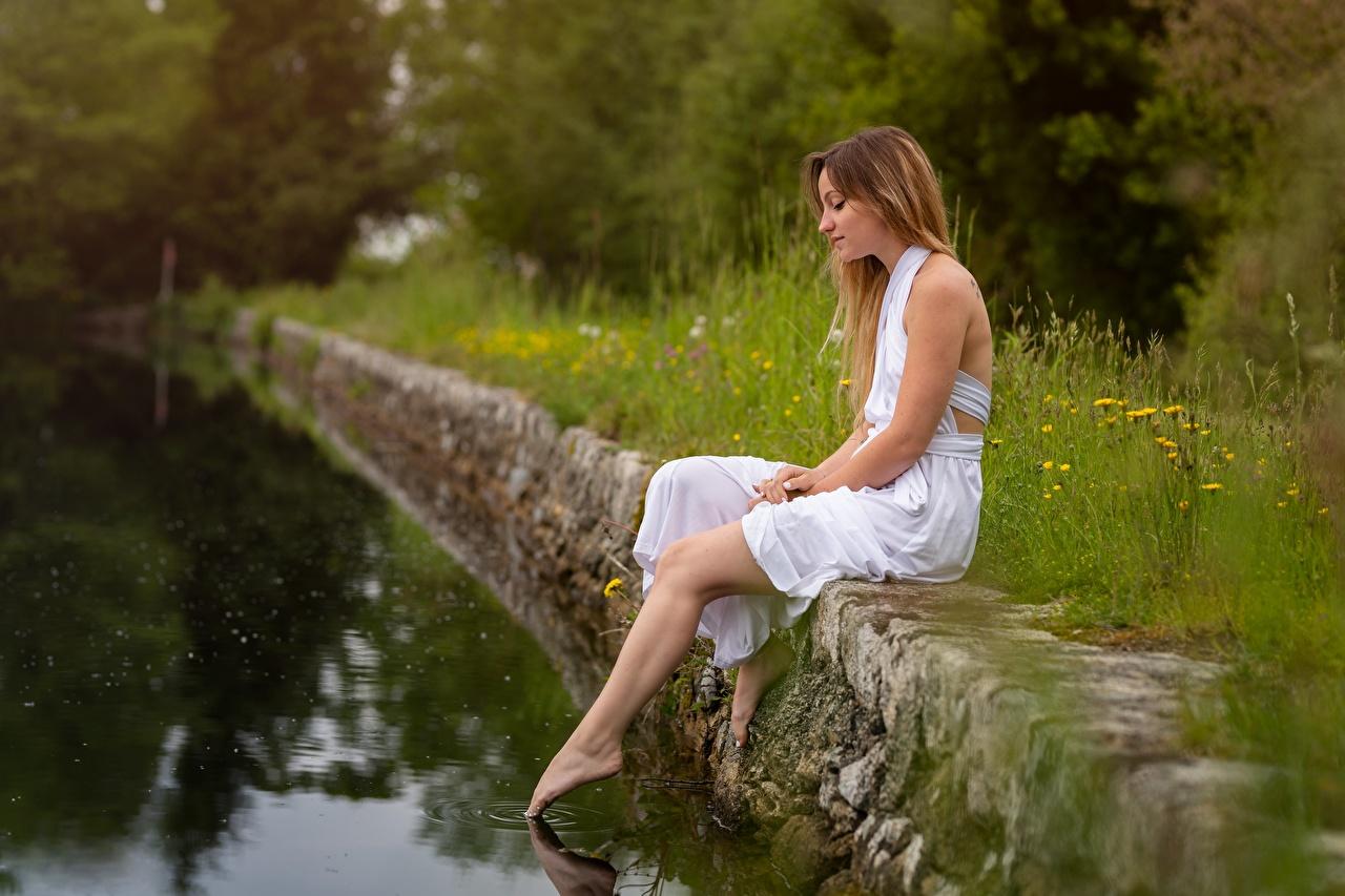 Картинка девушка ног Пруд сидя платья Девушки молодые женщины молодая женщина Ноги Сидит сидящие Платье