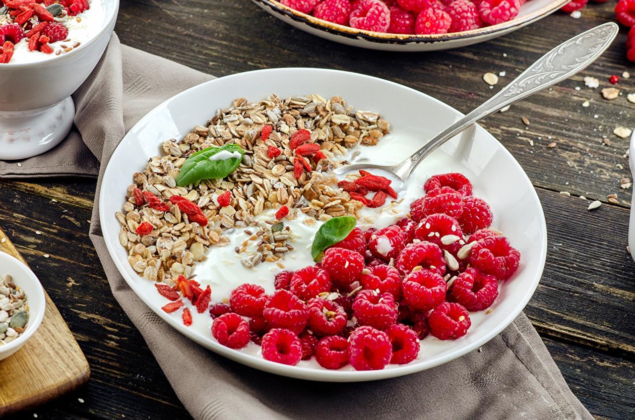 Обои для рабочего стола Йогурт Малина Мюсли Ложка Тарелка Продукты питания Еда Пища ложки тарелке