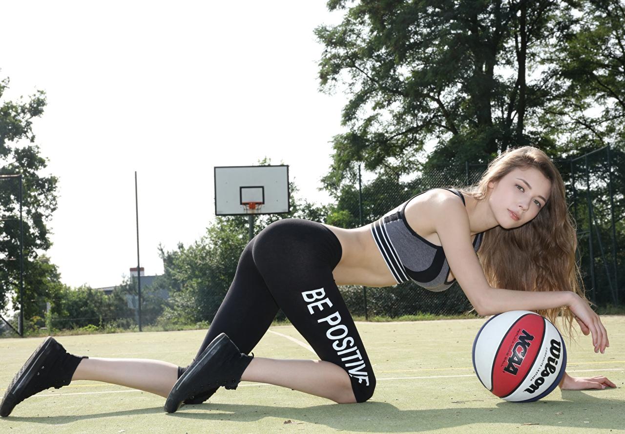 Фото Шатенка Фитнес Девушки Баскетбол Мячик Униформа смотрит шатенки девушка молодые женщины молодая женщина Мяч униформе Взгляд смотрят