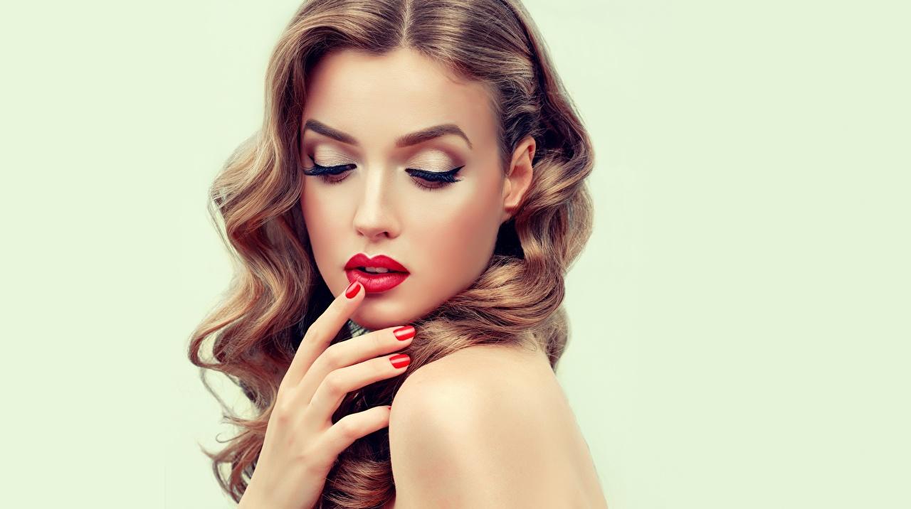 Картинка Модель маникюра Макияж красивая Причёска лица волос молодая женщина Губы Руки Маникюр фотомодель мейкап косметика на лице Красивые красивый прически Лицо Волосы девушка Девушки молодые женщины рука