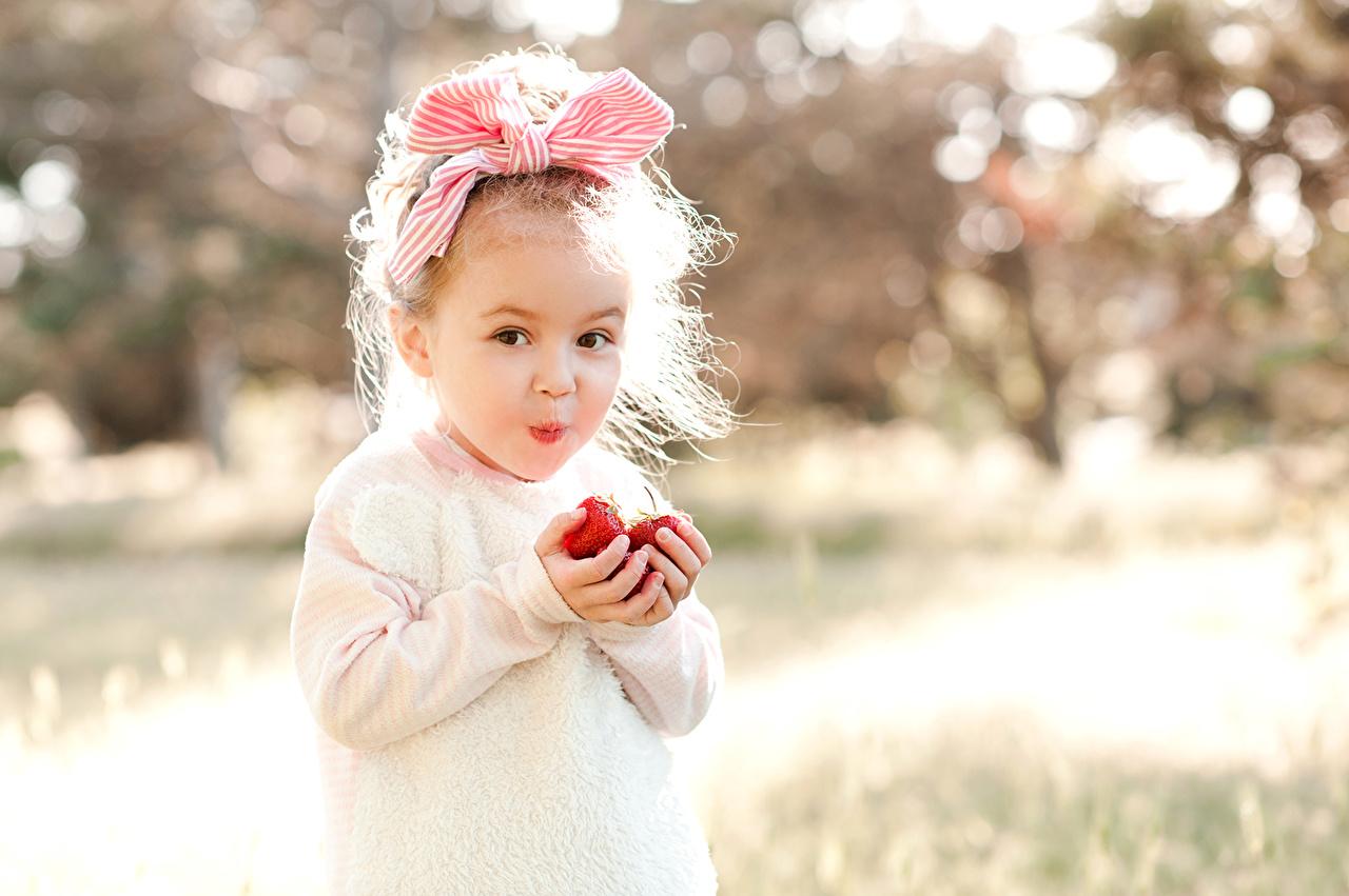 Фотография девочка улыбается ребёнок Клубника бант Девочки Улыбка Дети Бантик бантики