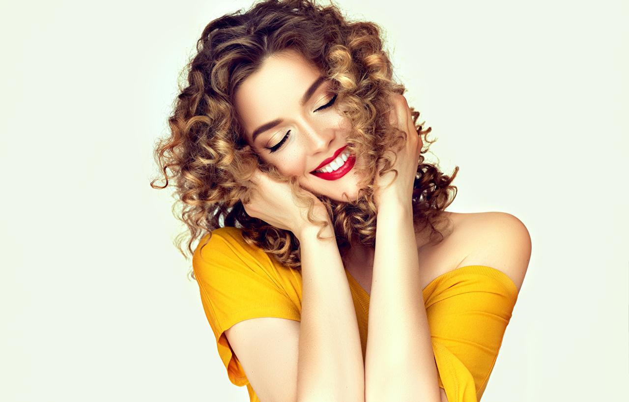 Картинка шатенки улыбается прически молодая женщина Руки белым фоном красными губами Шатенка Улыбка Причёска девушка Девушки молодые женщины рука Белый фон белом фоне Красные губы
