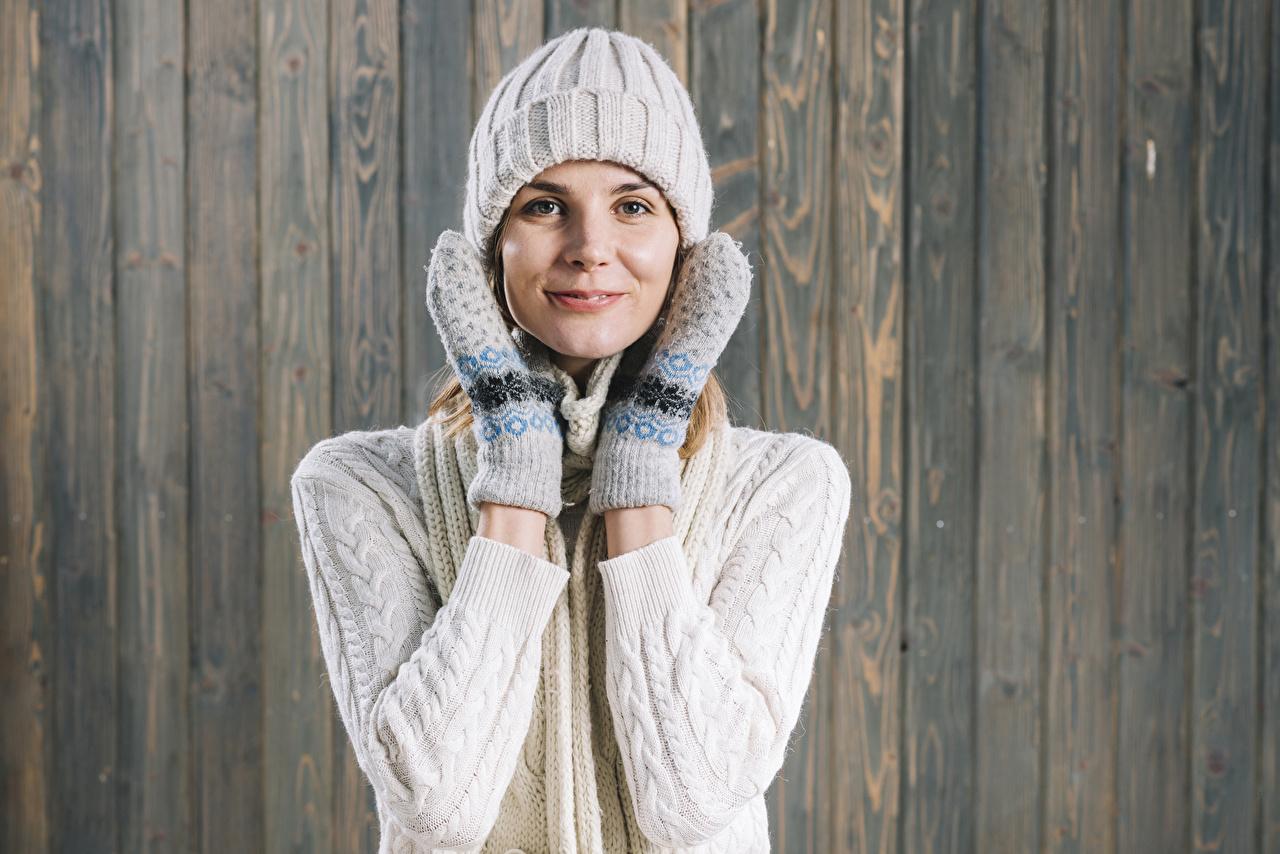Фото рукавицы Улыбка Шапки Девушки рука Взгляд Варежки варежках рукавицах улыбается шапка в шапке девушка молодые женщины молодая женщина Руки смотрят смотрит