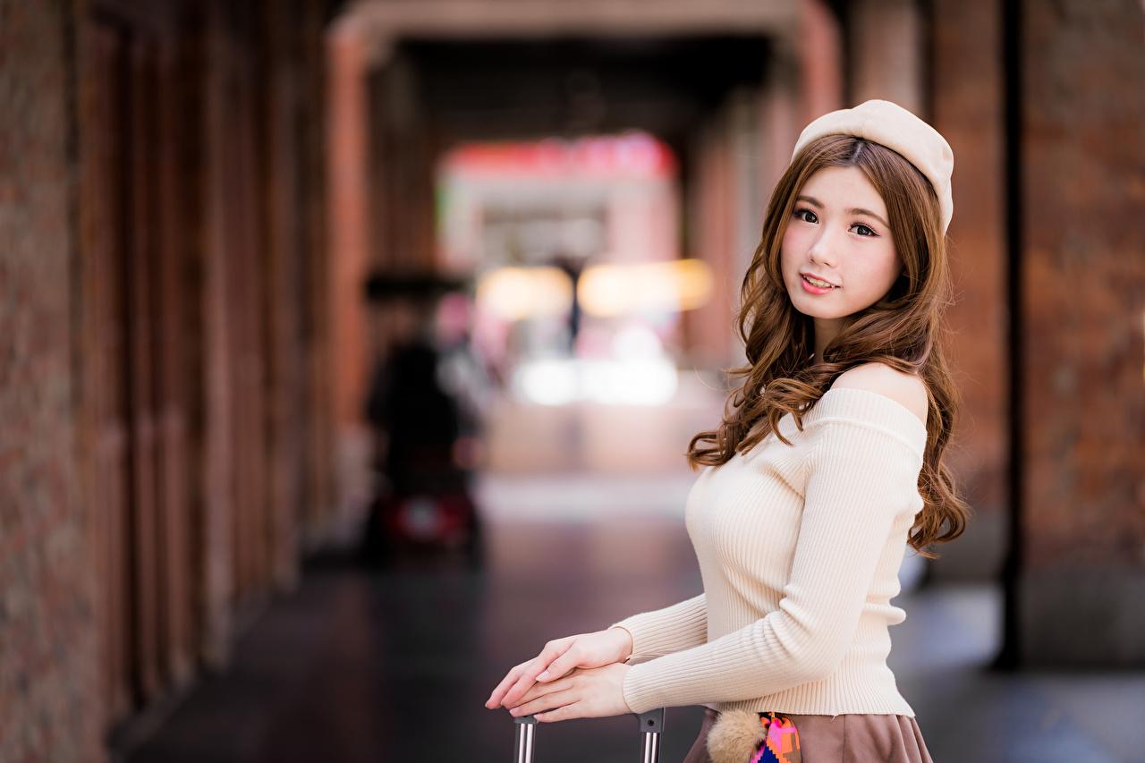 Картинка шатенки Размытый фон Берет Красивые девушка Азиаты Взгляд Шатенка боке красивый красивая Девушки молодые женщины молодая женщина азиатка азиатки смотрят смотрит