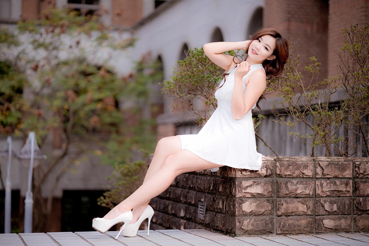 Фото шатенки Размытый фон девушка Ноги Азиаты рука сидящие платья туфлях Шатенка боке Девушки молодая женщина молодые женщины ног азиатки азиатка Руки сидя Сидит Платье Туфли туфель