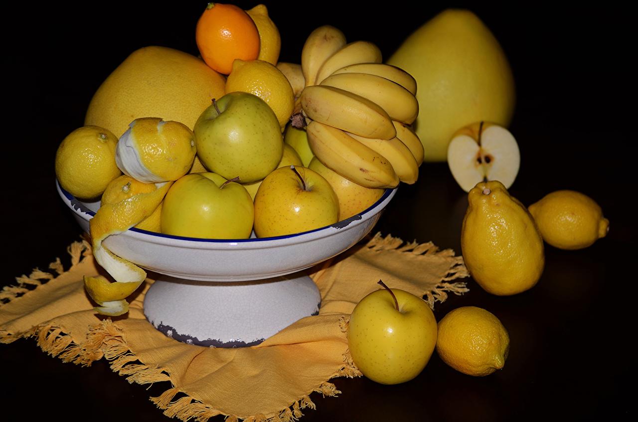 Фото Лимоны Яблоки Бананы Фрукты Продукты питания Черный фон Еда Пища на черном фоне