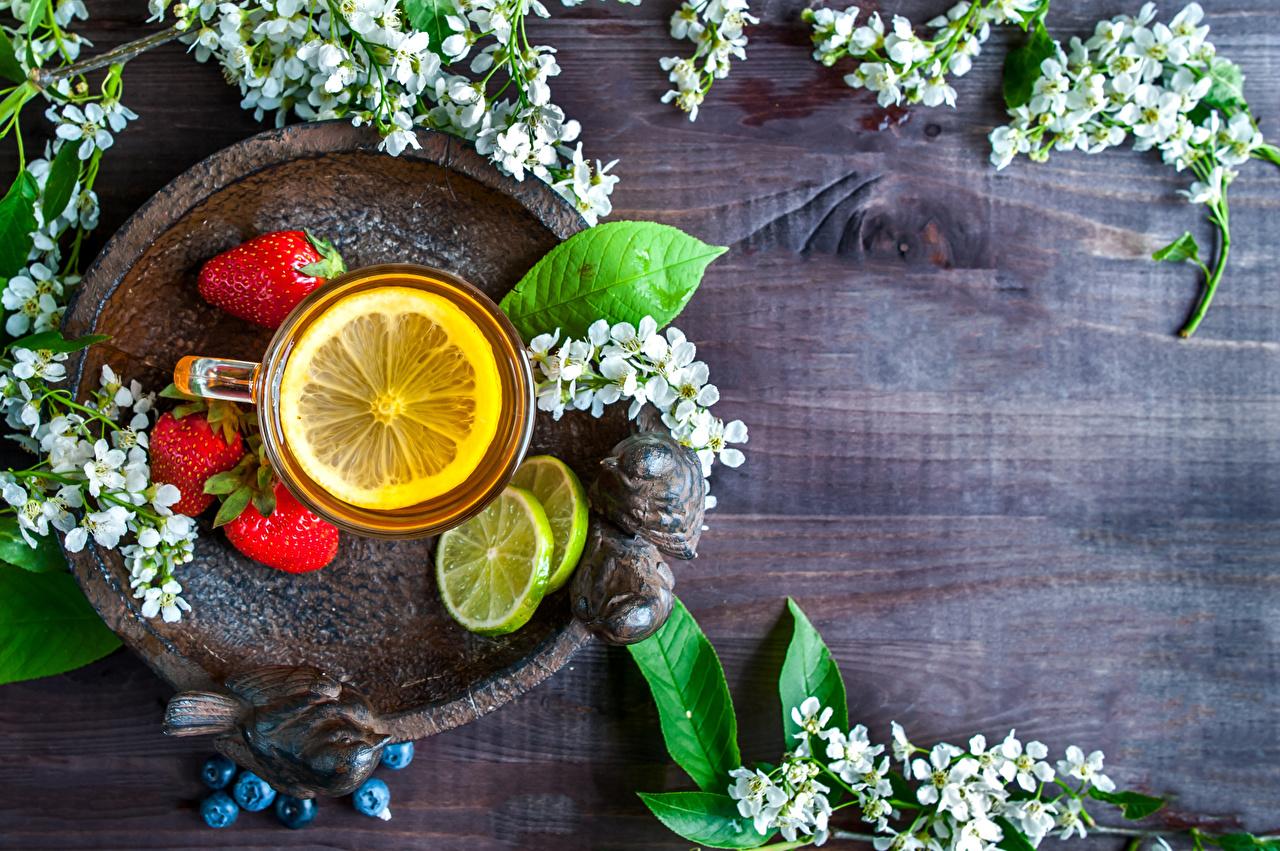 Обои для рабочего стола Чай Лимоны Клубника Еда Чашка ветвь Доски Цветущие деревья Пища чашке ветка Ветки на ветке Продукты питания