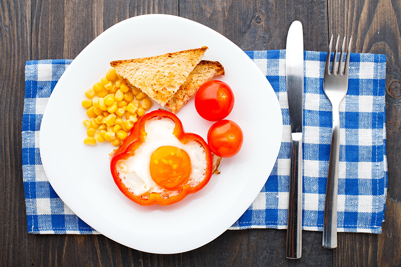 Фотографии Нож Яйца Томаты Хлеб Пища вилки тарелке ножик яиц яйцо яйцами Помидоры Еда Тарелка Вилка столовая Продукты питания