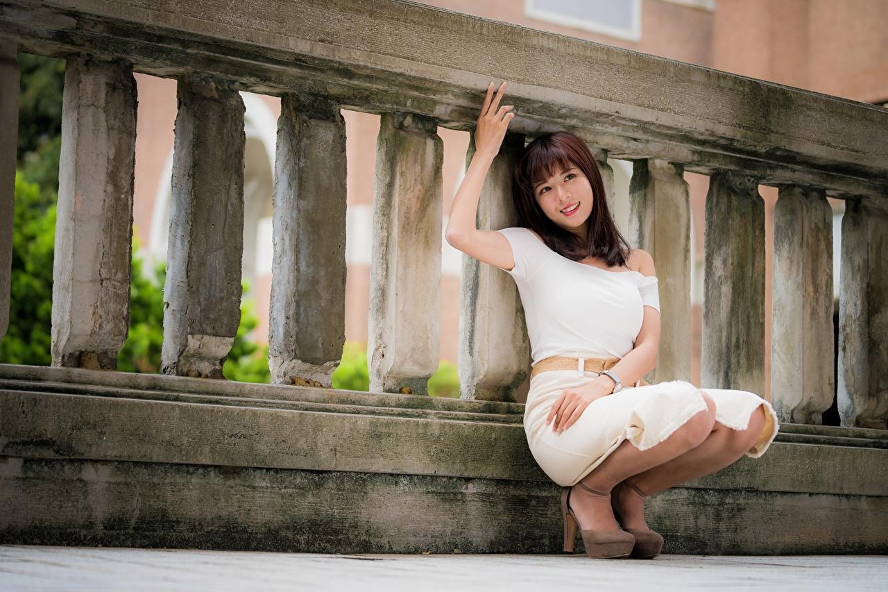 Обои для рабочего стола Шатенка улыбается позирует Девушки азиатка рука шатенки Улыбка Поза девушка молодые женщины молодая женщина Азиаты азиатки Руки