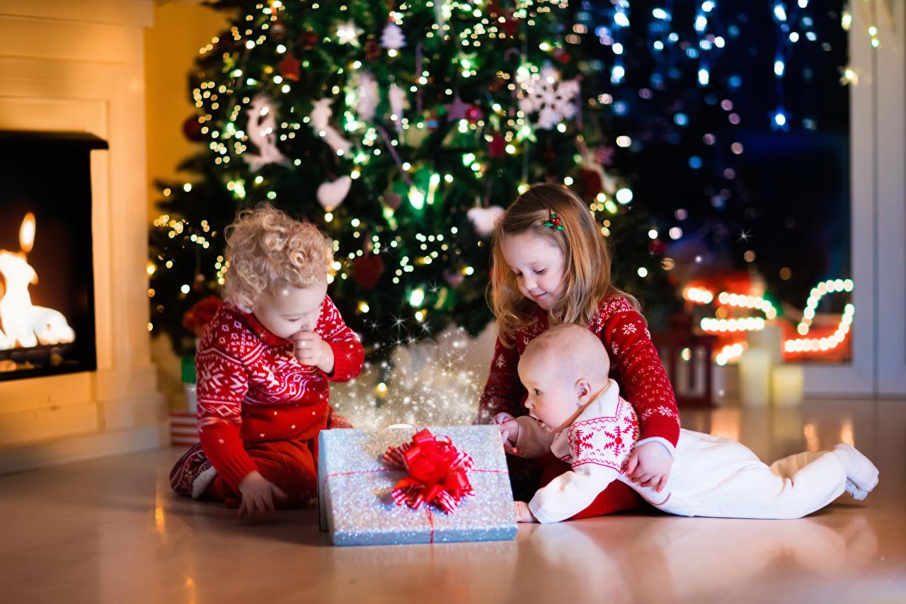 Фото Девочки мальчишка грудной ребёнок Рождество Дети Подарки три девочка мальчик младенец Младенцы младенца Мальчики мальчишки Новый год ребёнок подарок подарков Трое 3 втроем