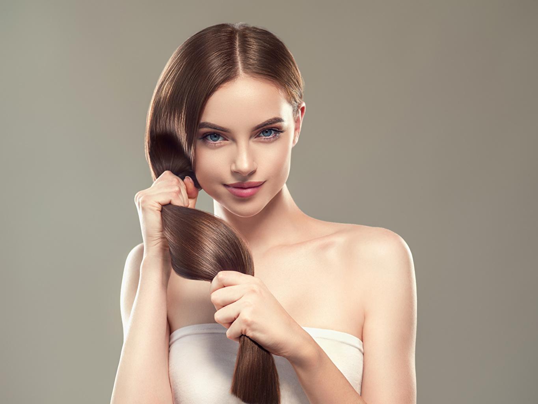 Фото Шатенка Красивые Волосы Девушки Руки Взгляд Серый фон смотрит