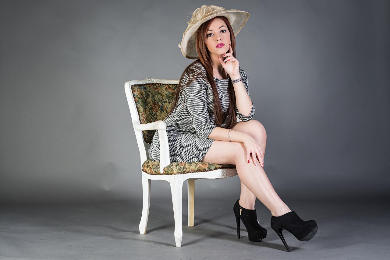 Фото Samanta Шляпа Девушки Ноги стул сидящие смотрят Платье шляпы шляпе девушка молодая женщина молодые женщины ног сидя Сидит Стулья Взгляд смотрит платья