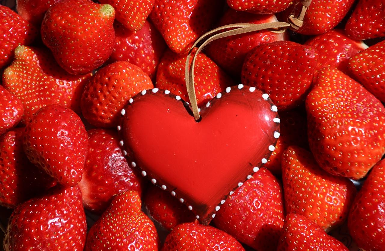 Обои для рабочего стола Сердце красная Клубника Пища Ягоды Шаблон поздравительной открытки Много серце сердца сердечко Красный красные красных Еда Продукты питания