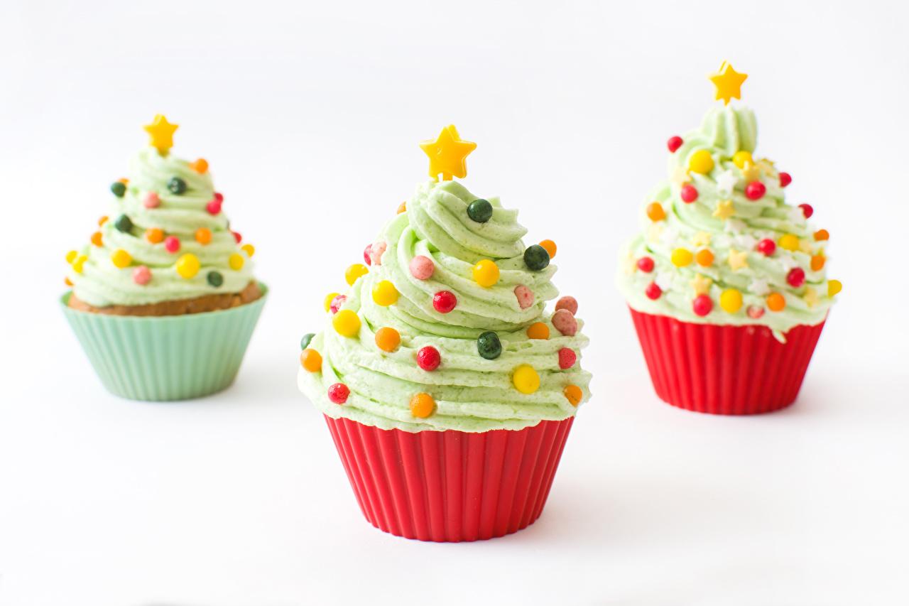 Фото Рождество Елка Капкейк кекс Еда Трое 3 Сладости Белый фон Дизайн Новый год Новогодняя ёлка три Пища втроем Продукты питания белом фоне белым фоном дизайна