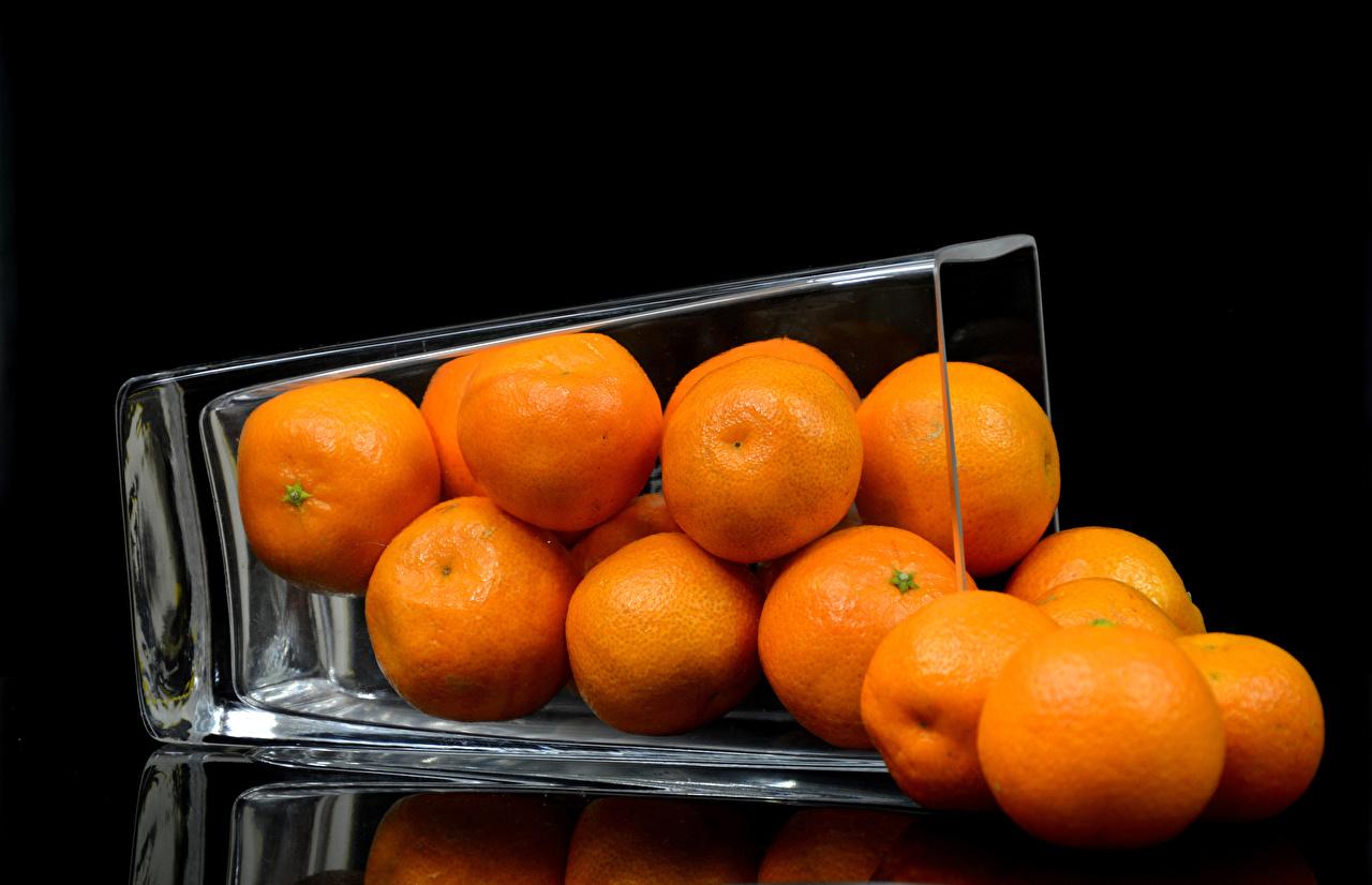 Фото Мандарины Ваза Продукты питания Черный фон Еда Пища