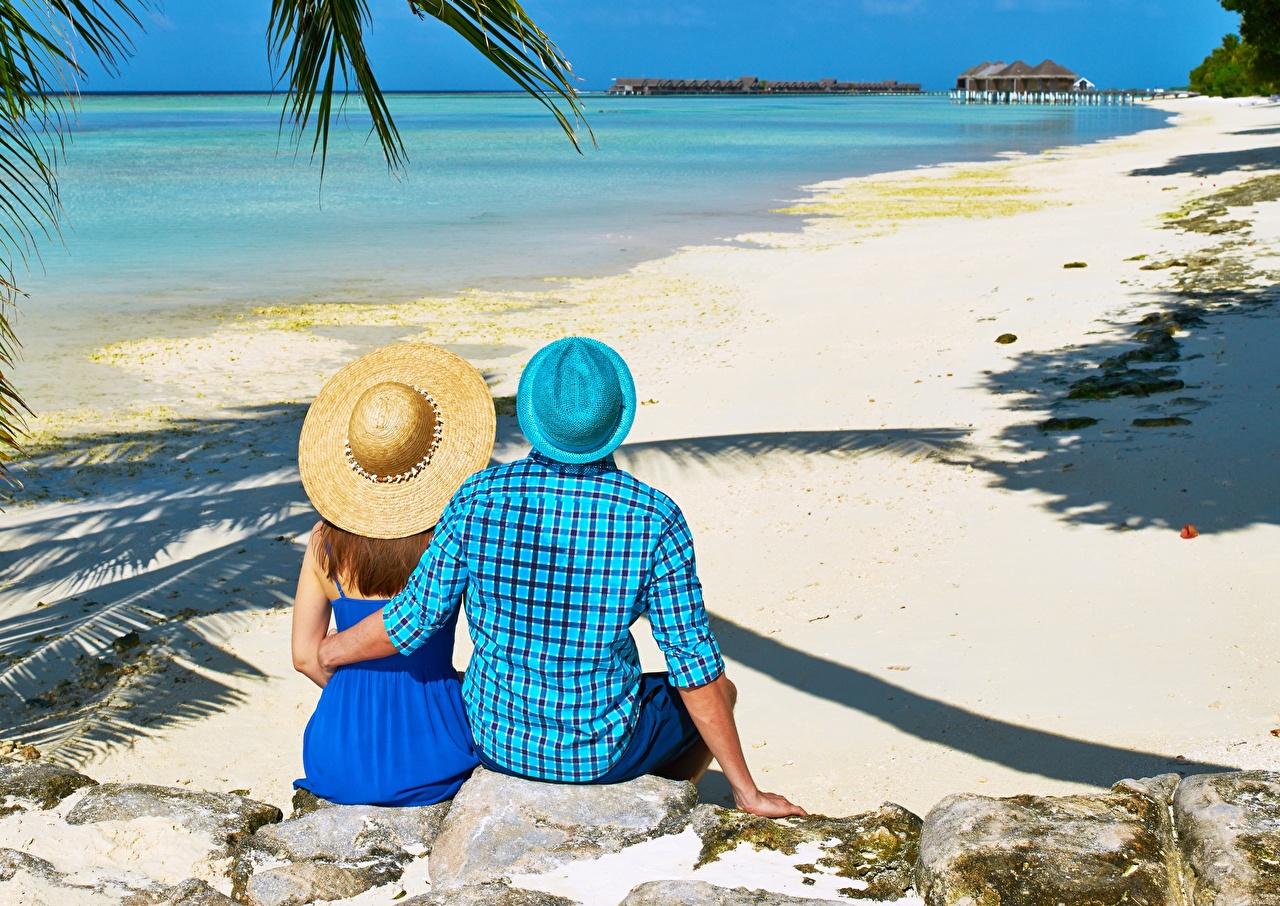 Картинки Курорты мужчина пляжа две Шляпа девушка Природа обнимает тропический Камень сидящие вид сзади Мужчины Пляж пляжи пляже 2 два Двое шляпе шляпы вдвоем Объятие Девушки обнимаются молодые женщины молодая женщина Тропики сидя Сзади Сидит Камни