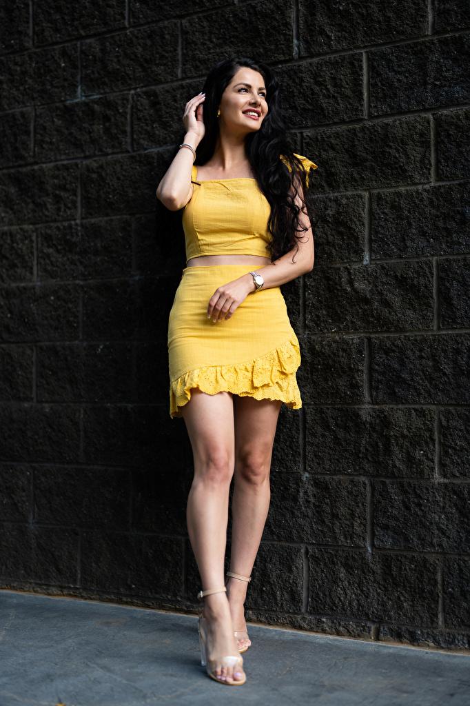 Картинка Девушки Victoria Bell Брюнетка улыбается смотрят Поза Ноги  для мобильного телефона девушка молодая женщина молодые женщины брюнетки брюнеток Улыбка Взгляд смотрит позирует ног