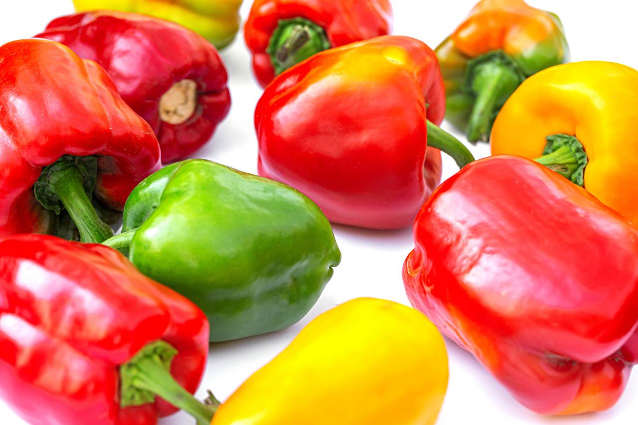 Картинка Разноцветные Еда перец овощной Белый фон Крупным планом Пища Перец Продукты питания вблизи белом фоне белым фоном