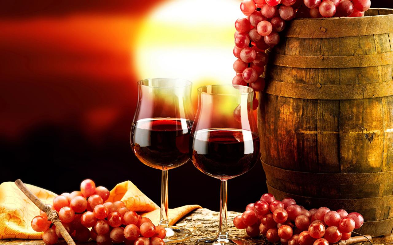 Фотографии Двое Вино Бочка Виноград Бокалы Продукты питания 2 два две вдвоем Еда Пища бокал