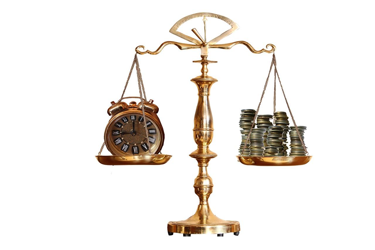 Фотография Монеты Часы Будильник Деньги Белый фон