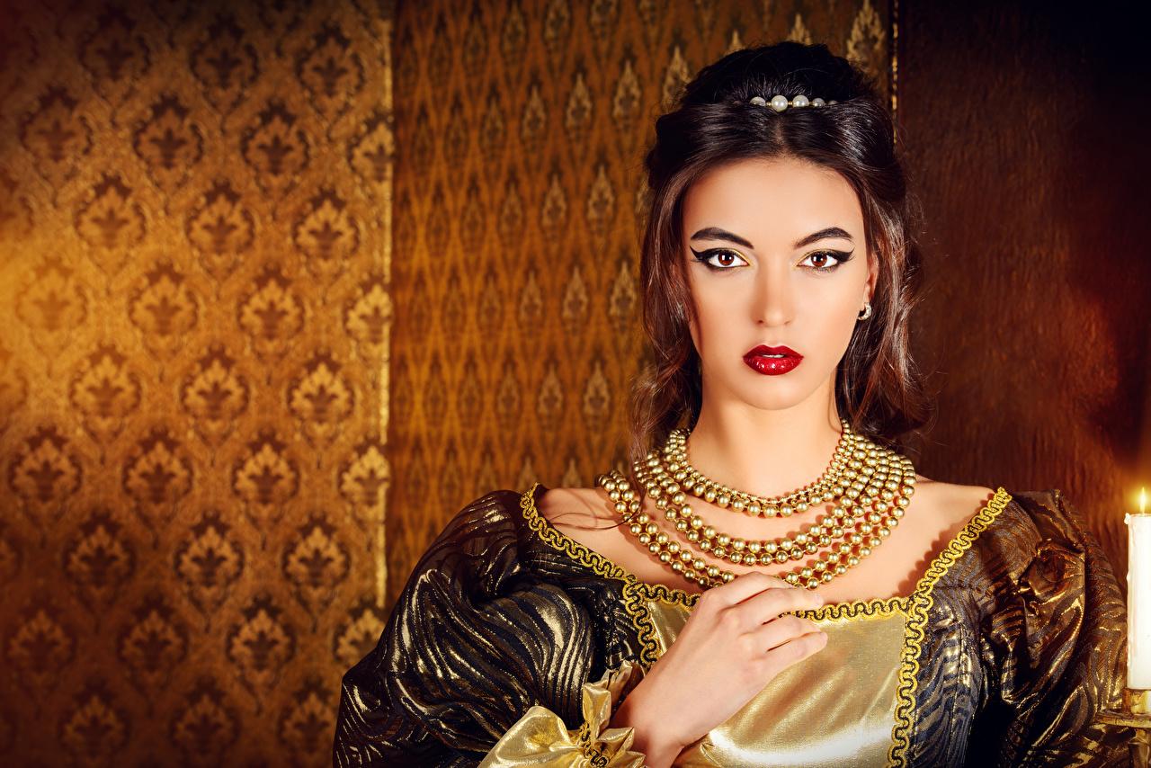 Картинка молодая женщина Ожерелье смотрит Красные губы Руки Шатенка Украшения девушка Девушки молодые женщины ожерелья ожерельем Взгляд смотрят красными губами рука шатенки