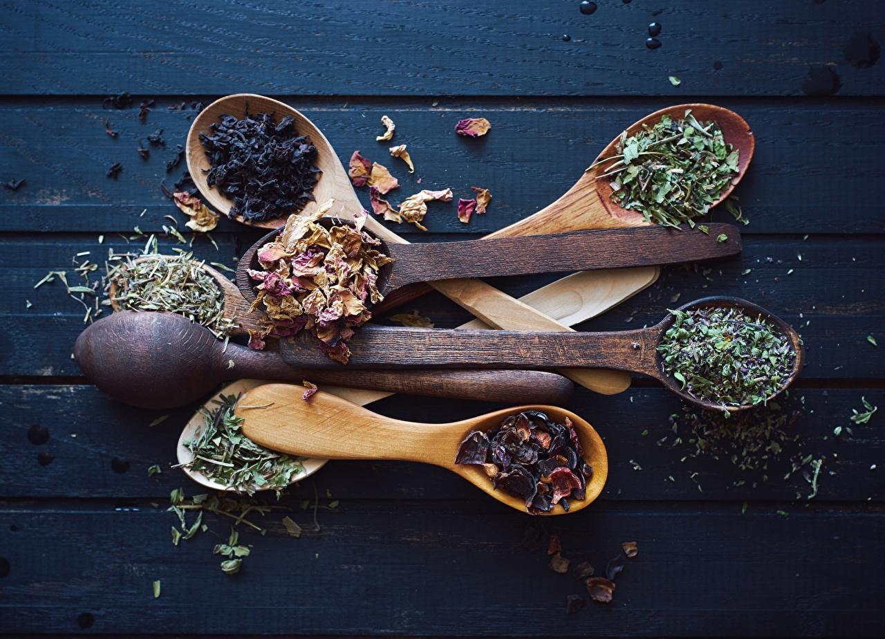 Картинка Еда Ложка приправы из дерева Доски Пища Специи пряности Деревянный Продукты питания