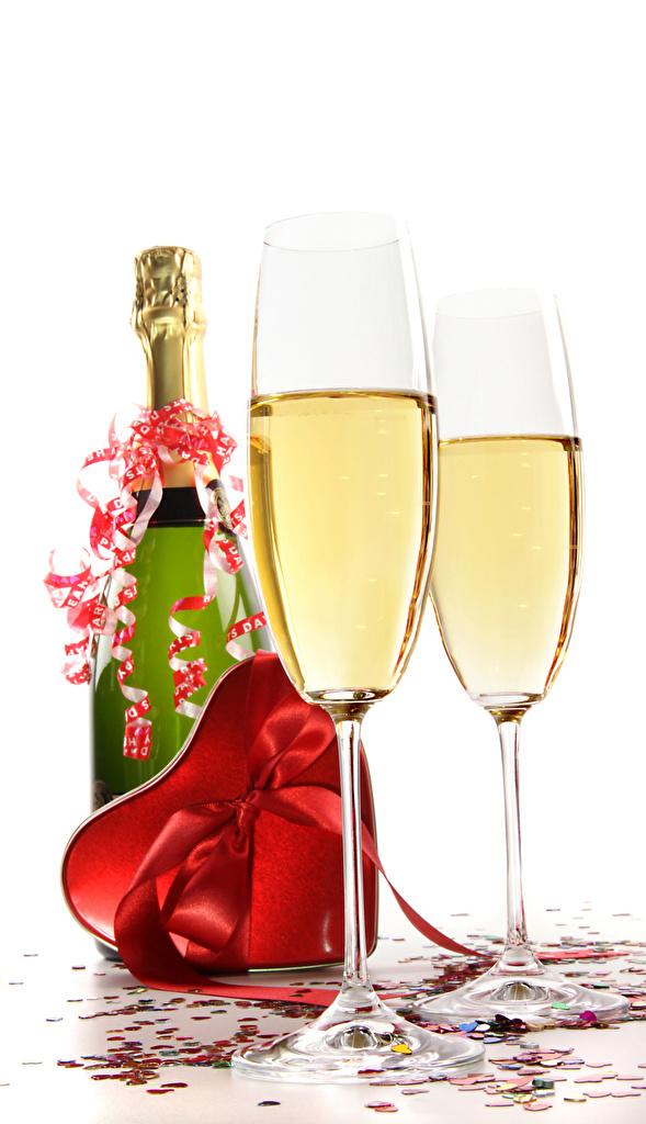 Фотография День святого Валентина Сердце Игристое вино Подарки Бантик Бокалы Бутылка Продукты питания Белый фон День всех влюблённых сердечко Шампанское Еда Пища