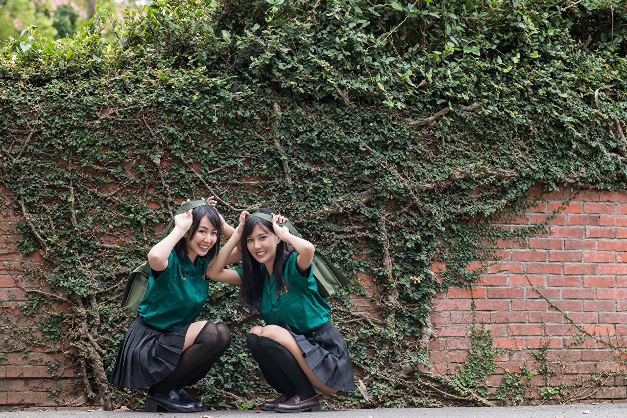 Картинки ученица брюнетки улыбается Двое Девушки азиатки Сидит Униформа Брюнетка брюнеток Школьница Школьницы Улыбка 2 два две вдвоем девушка молодая женщина молодые женщины Азиаты азиатка сидя сидящие униформе