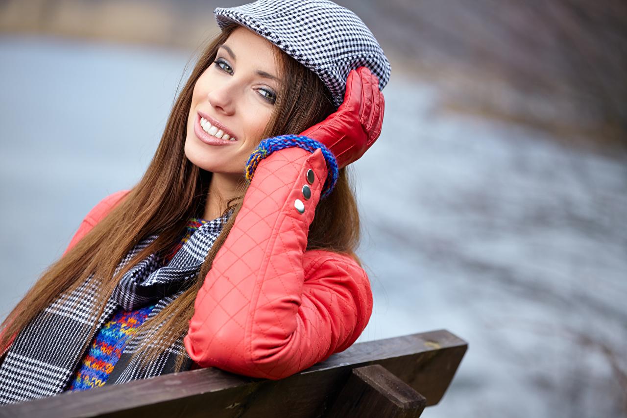 Картинка Шатенка Улыбка Перчатки молодая женщина смотрит шатенки улыбается перчатках девушка Девушки молодые женщины Взгляд смотрят
