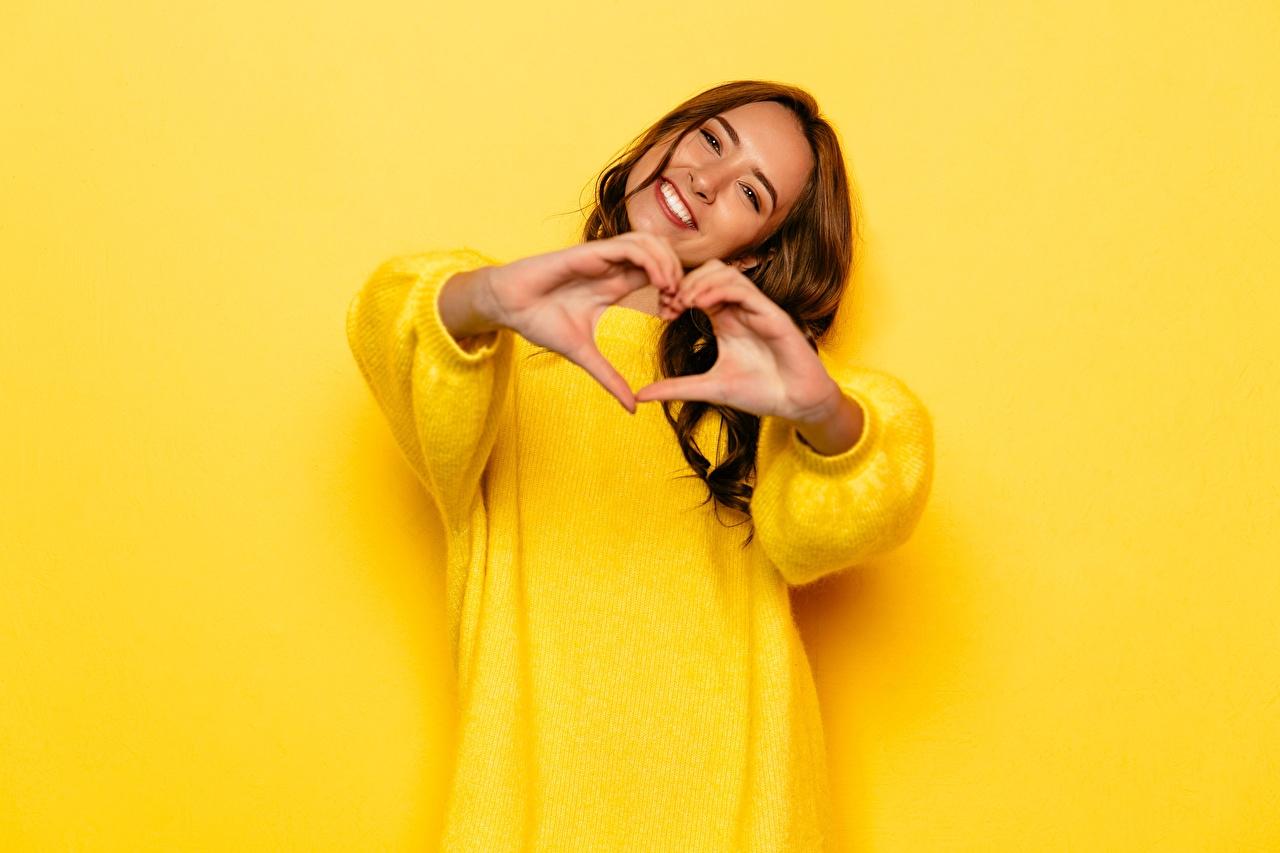 Картинки шатенки Радость сердечко улыбается Жест желтых Девушки Свитер Руки Шатенка серце Улыбка Сердце сердца счастье радостный радостная счастливые счастливый счастливая жесты желтая желтые Желтый девушка молодая женщина молодые женщины свитере свитера рука
