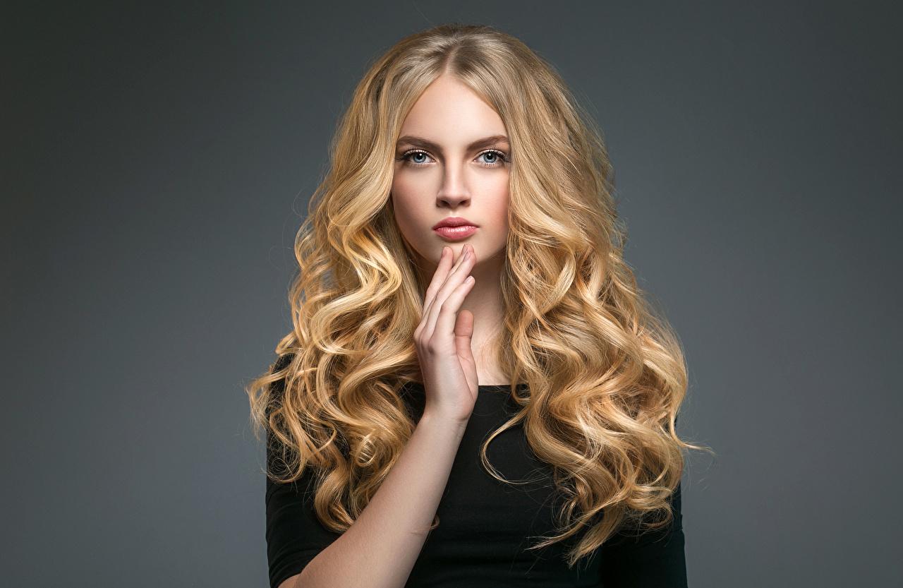 Картинки Блондинка Волосы Девушки Руки Взгляд Серый фон смотрит