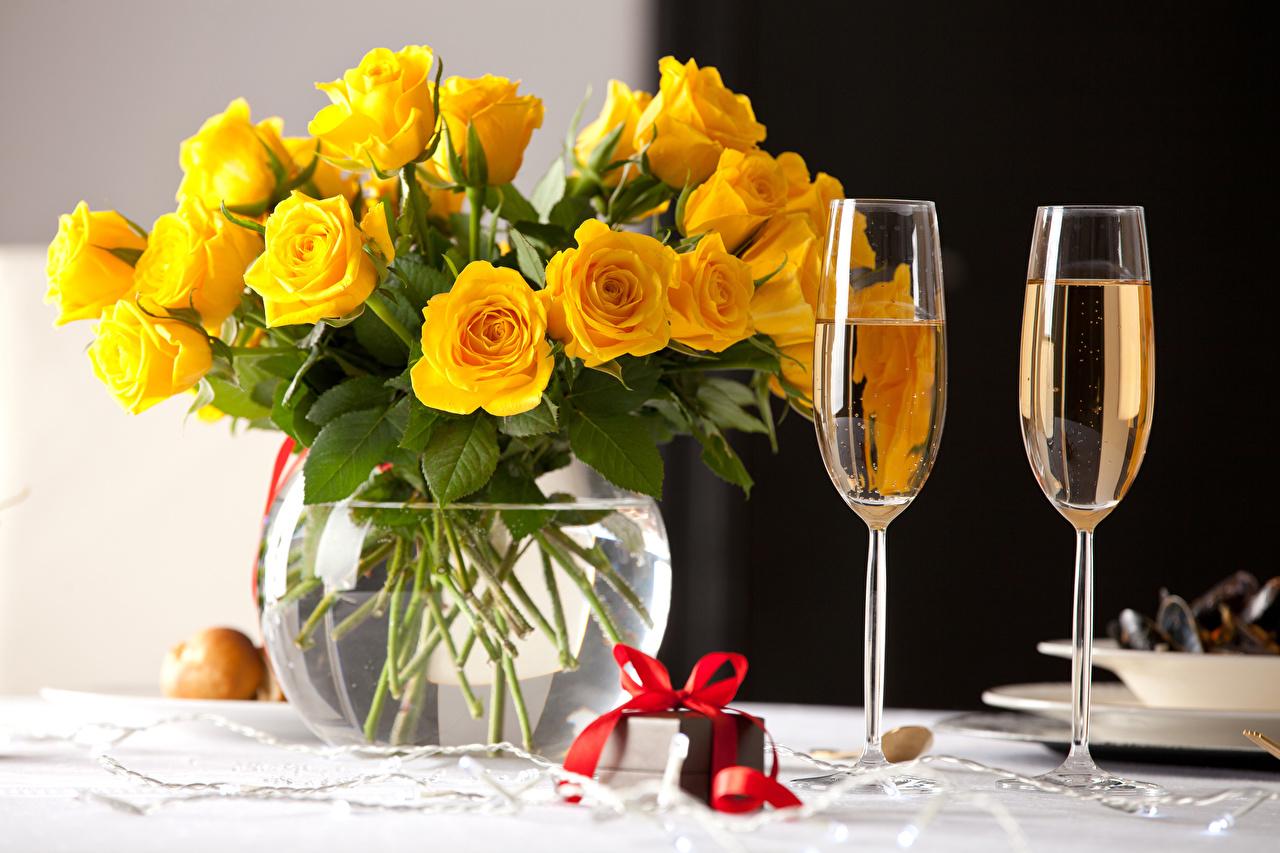 Обои для рабочего стола роза желтых Игристое вино Цветы подарок вазы Бокалы Продукты питания Розы Желтый желтые желтая Шампанское цветок Подарки подарков Еда Пища Ваза вазе бокал