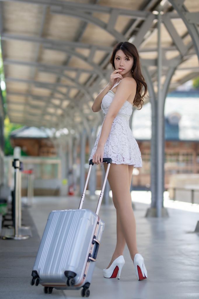 Картинка Размытый фон позирует Красивые Девушки Ноги Азиаты Чемодан туфель  для мобильного телефона боке Поза красивая красивый девушка молодая женщина молодые женщины ног азиатки азиатка чемоданы чемоданом Туфли туфлях