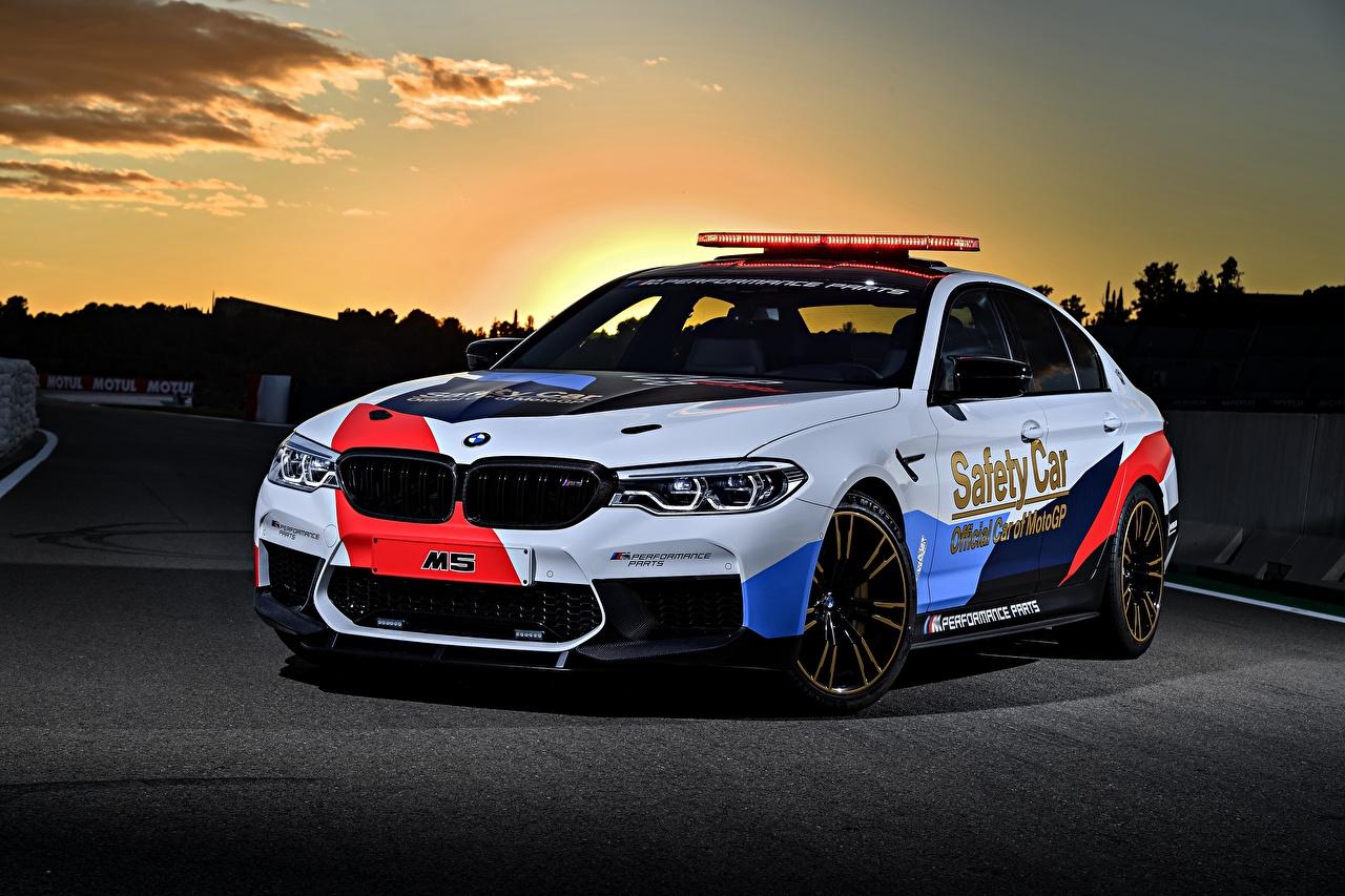 Обои для рабочего стола BMW Тюнинг 2018 M5 MotoGP Safety Car белые машина БМВ Стайлинг белых Белый белая авто машины автомобиль Автомобили