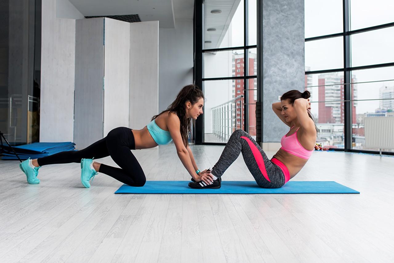 Картинки Тренировка Фитнес две Спорт молодые женщины тренируется физическое упражнение 2 два Двое вдвоем Девушки девушка спортивные спортивный спортивная молодая женщина