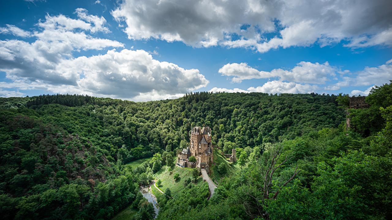 Обои для рабочего стола Германия Castle Eltz, Rheinland-Pfalz Утес замок Природа Леса Небо Облака Замки Скала скале скалы лес облако облачно