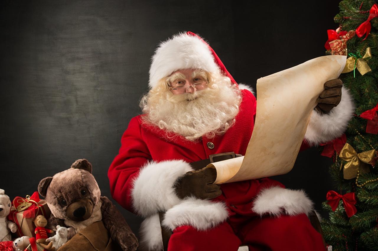 Фото бородой Шапки Санта-Клаус Подарки Плюшевый мишка Очки Сидит Борода бородатые бородатый шапка в шапке Дед Мороз Мишки подарок подарков сидя очках очков сидящие