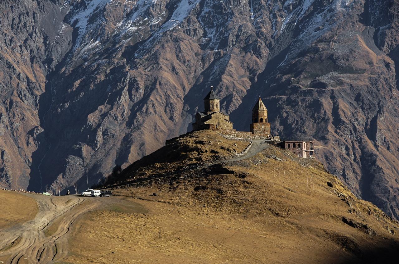 Картинка Церковь Грузия Kazbegi Gergeti Stepantsminda caucasus Горы Природа Дороги