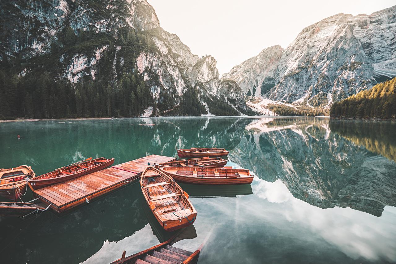 Фотография Италия Lake Braies Горы Природа Озеро Лодки Пристань гора Пирсы Причалы