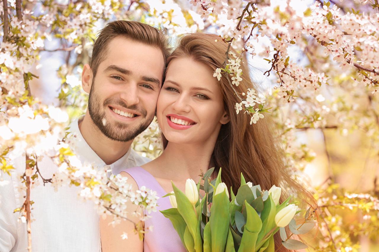 Обои Шатенка Мужчины Улыбка Красивые вдвоем Любовь Девушки Тюльпаны 2 Двое