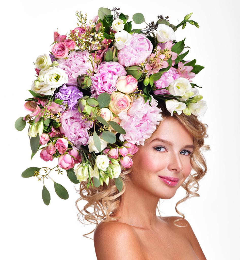 Фото Блондинка Улыбка роза молодые женщины Пионы Эустома белом фоне блондинок блондинки улыбается Розы Девушки девушка молодая женщина пион Лизантус Белый фон белым фоном
