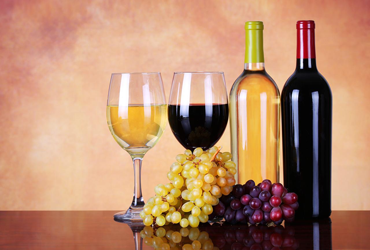 Картинки Вино вдвоем Виноград Еда бокал бутылки 2 два две Двое Пища Бокалы Бутылка Продукты питания