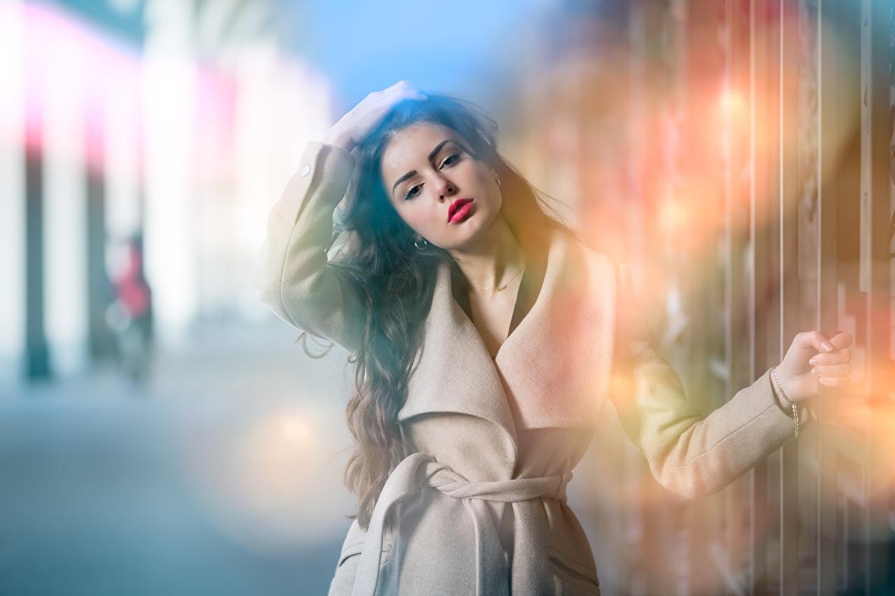 Обои для рабочего стола Ester Merja Брюнетка фотомодель боке Пальто Девушки рука смотрит брюнетки брюнеток Модель Размытый фон девушка молодая женщина молодые женщины Руки Взгляд смотрят