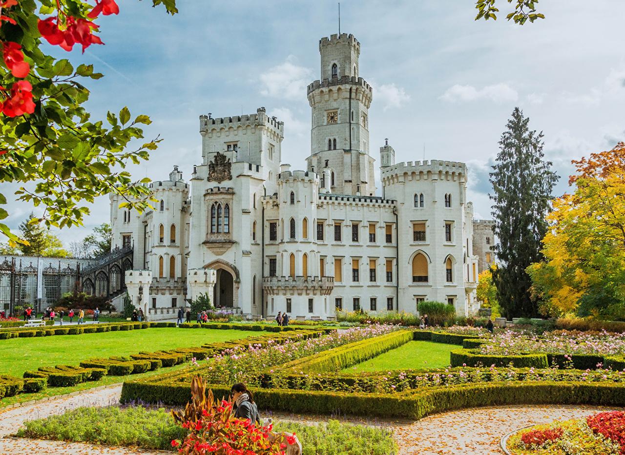 Обои Чехия Hluboka Castle Замки Газон Кусты Города Дизайн