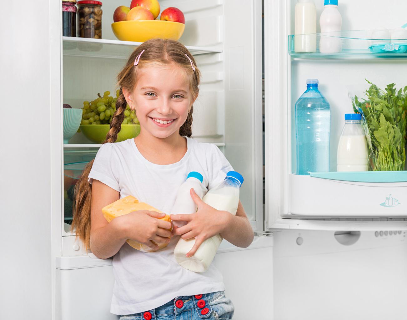 Фотографии Молоко девочка Холодильник Улыбка Дети бутылки Девочки улыбается Ребёнок Бутылка