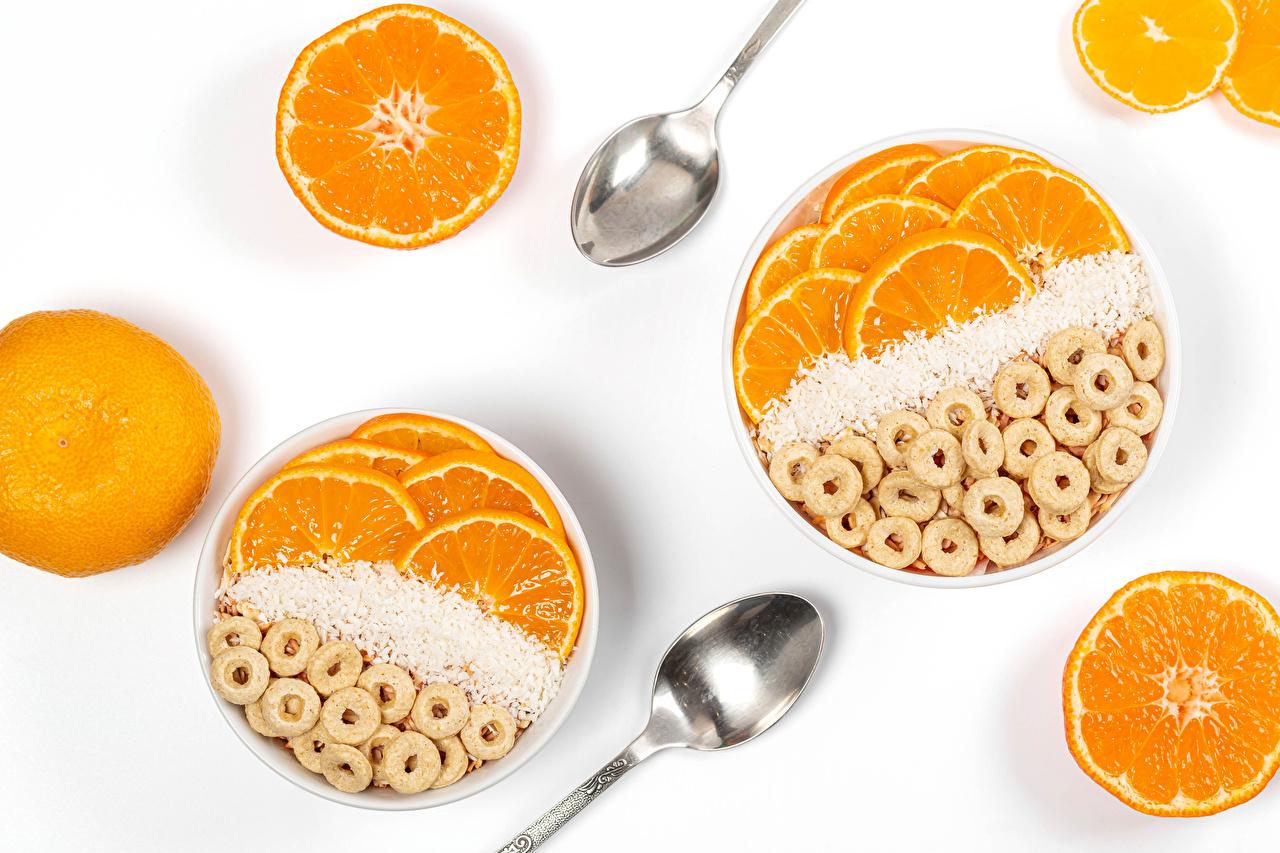 Фотографии овсяная Апельсин Пища Ложка Белый фон Овсянка Еда ложки Продукты питания белом фоне белым фоном