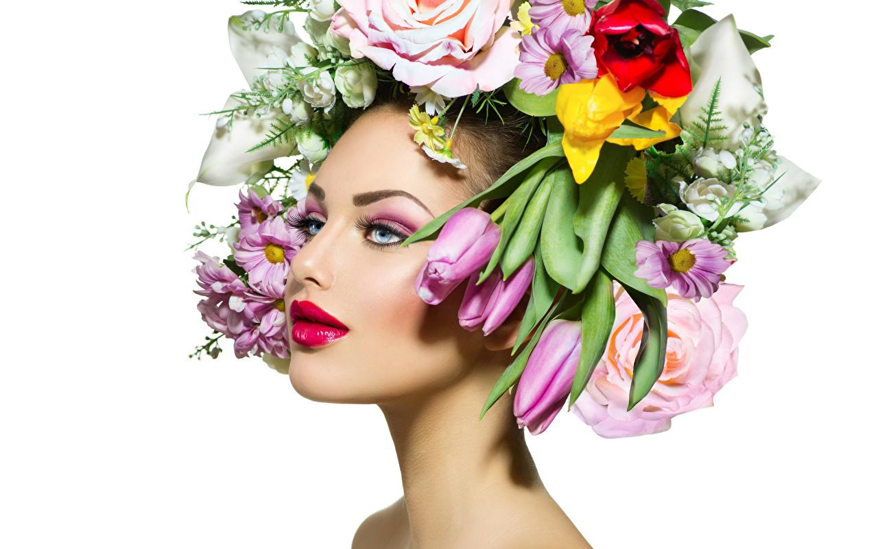 Картинка Макияж Лицо Девушки тюльпан Цветы белом фоне Красные губы мейкап косметика на лице лица девушка Тюльпаны молодые женщины молодая женщина цветок Белый фон белым фоном красными губами