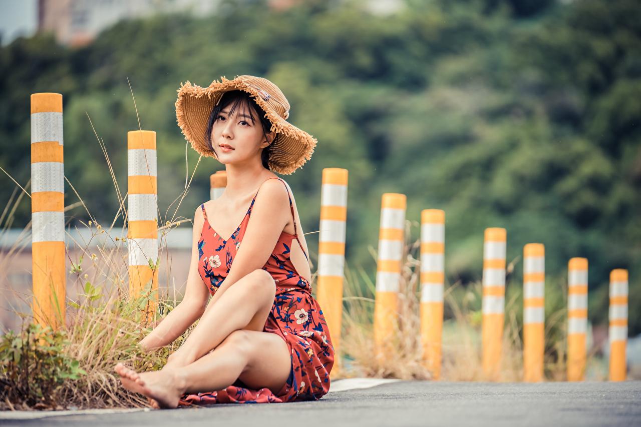 Фотография Размытый фон Шляпа Девушки ног азиатки сидя платья боке шляпе шляпы девушка молодые женщины молодая женщина Ноги Азиаты азиатка Сидит сидящие Платье