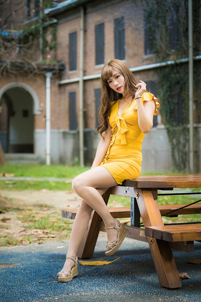 Картинки позирует Девушки Ноги азиатки Взгляд Платье  для мобильного телефона Поза девушка молодая женщина молодые женщины ног Азиаты азиатка смотрит смотрят платья