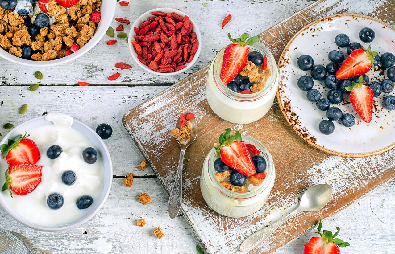 Обои для рабочего стола Йогурт банке Десерт Черника Клубника Пища Мюсли тарелке Доски банки Банка Еда Тарелка Продукты питания